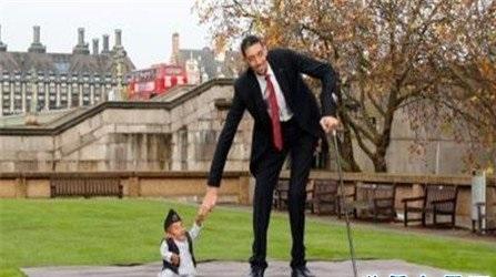 世界上最矮的人怎么可以这么矮,就连小猫小狗都会欺负他