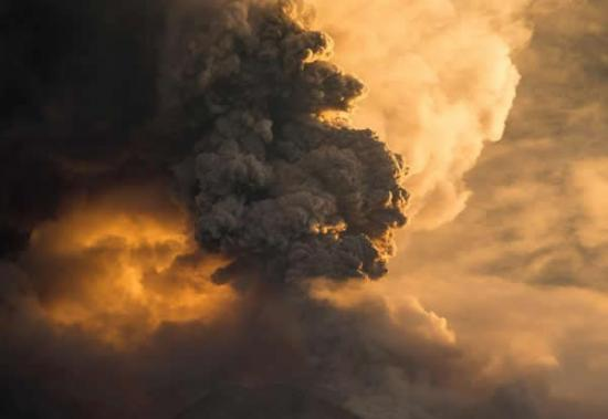 厄瓜多尔通古拉火山再度喷发