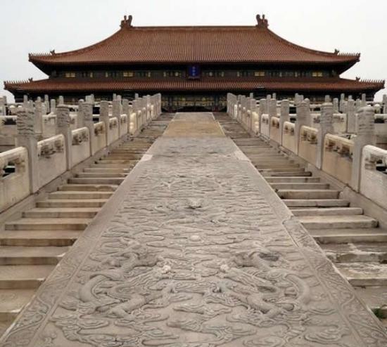 古代中国工人在人造冰道上滑动石头建造了紫禁城