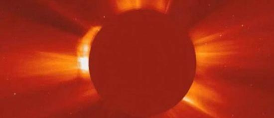 美国太阳观测卫星拍到太阳附近有巨型UFO母船?