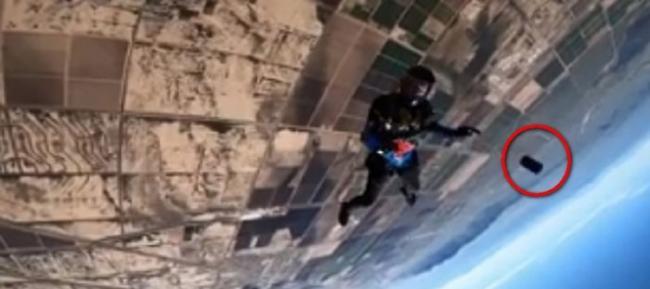 美国男子高空跳伞时iPhone从3658公尺高空坠地 沙漠中找到竟然还能用