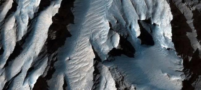 美国科罗拉多大峡谷相形见绌 太阳系最大峡谷――火星Valles Marineris峡谷