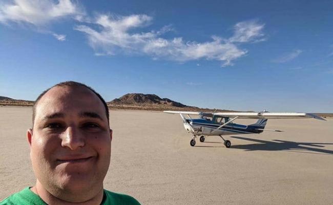 """美国私人飞行员飞过内华达州沙漠""""51区""""时拍到机库里有神秘三角形物体 引外星人疑云"""