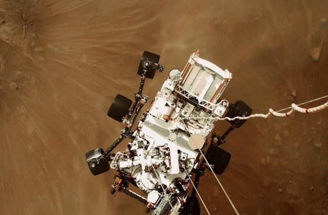 NASA拍摄毅力号火星车登陆火星的历史镜头 记录下第一段来自火星的声音