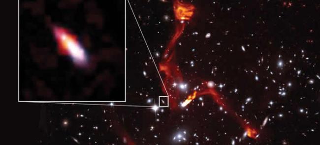 天文学家利用巨型星系团作为引力透镜研究遥远的射电星系