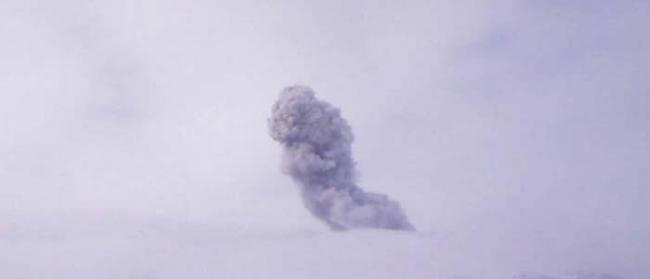 俄罗斯北千岛群岛的埃别科火山25日喷发出高达2千米的火山灰柱