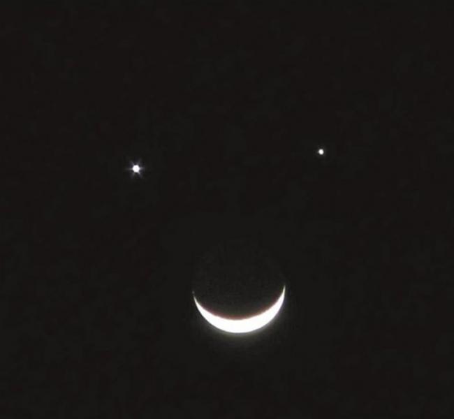"""4月7日凌晨土星和木星将携手月球联袂上演""""双星伴月""""组成一张笑脸"""