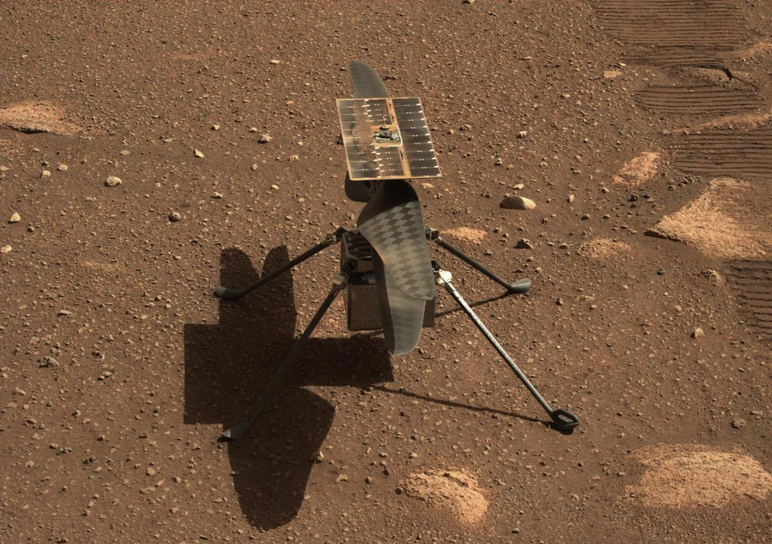"""NASA公布""""毅力号""""拍摄的全新""""机智号""""直升机特写照"""