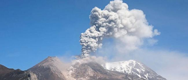 俄罗斯堪察加半岛的克柳切夫火山喷发出的烟柱达到海拔5.5公里