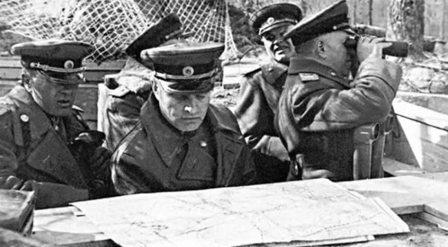 最高统帅部打算包围德军,通过几次进攻把敌人截为几段,然后再各个击破。之后,大本营又决定到达易北河边与盟军会师。苏联总兵力达到250万人,4万多门火炮和迫击炮,6