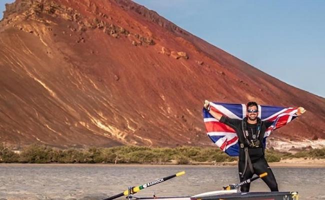 """划艇横渡世界上最危险""""泪水之门""""曼德海峡 前英军成第一人"""