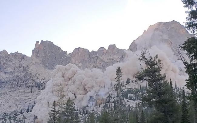 美国爱达荷州发生轻微地震 登山者拍下震撼一幕
