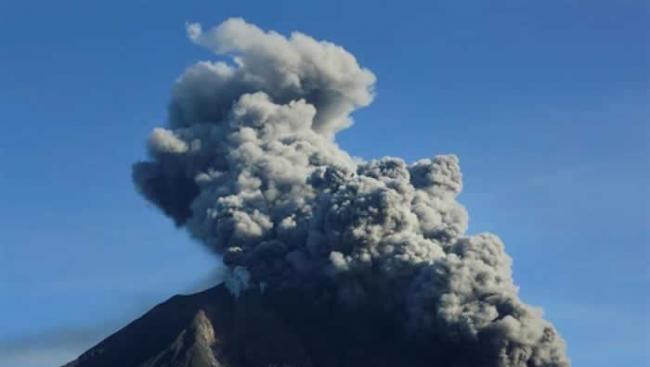 印度尼西亚苏门答腊岛北部的锡纳朋火山再次喷出火山灰柱