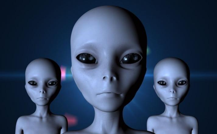 玻利维亚城市圣克鲁斯一群民众称亲眼目击外星人从降落的UFO里头走出来