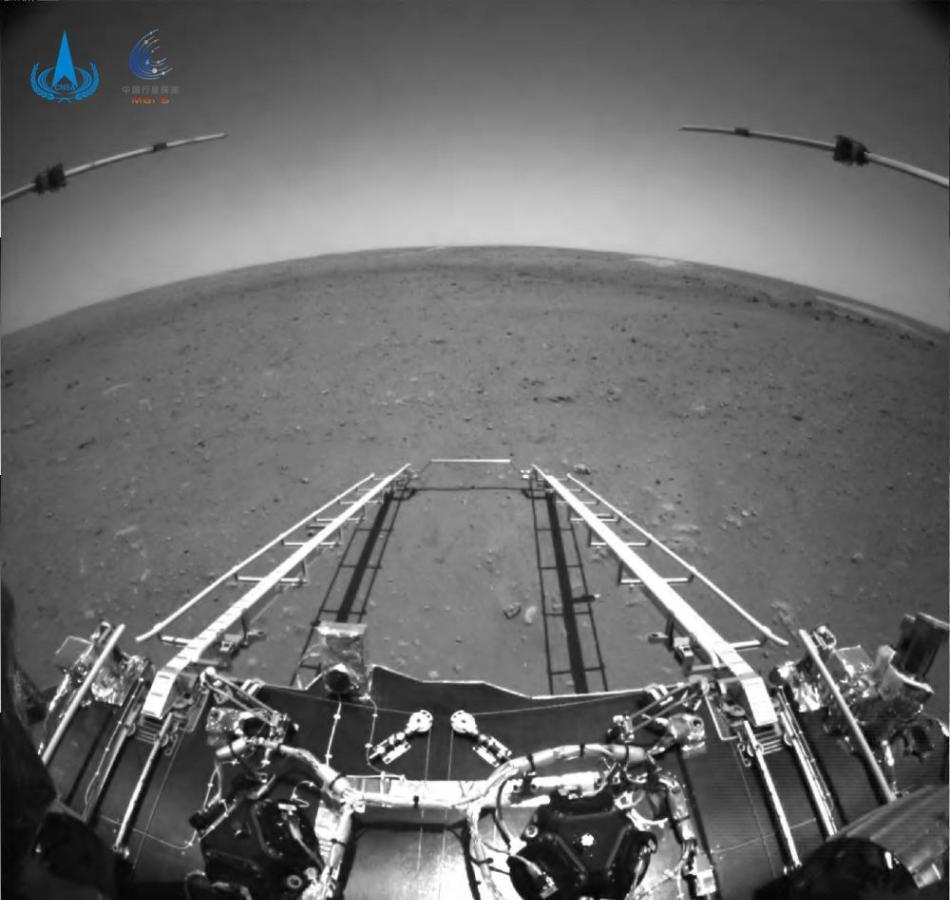 中国祝融号火星车传回第一批火星照片