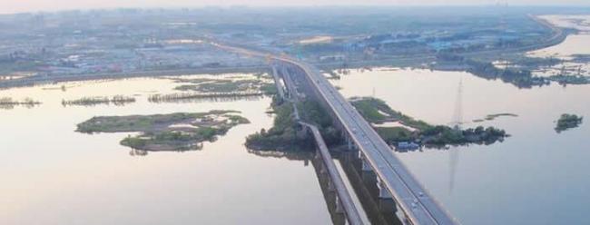 龙人化石的发现地,哈尔滨的滨北公铁两用桥,左侧是修建于上世纪三十年代的老桥。