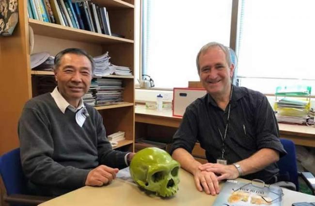 季强教授(左)与龙人化石复制品合影(图片由季强教授提供)